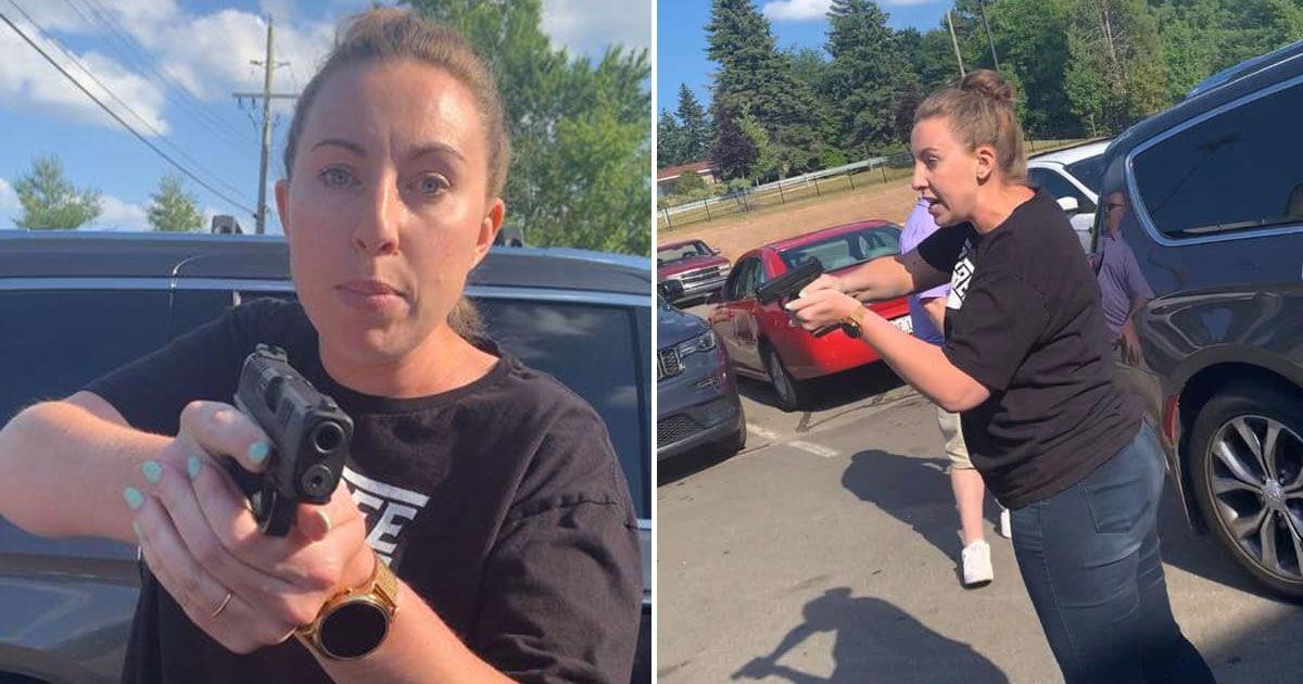 VIDEO: White Woman Pulls Gun on Black Mom & Teen Daughter After Almost Hitting Them With Car https://buff.ly/31NYPvlpic.twitter.com/J3WzrAJPDu