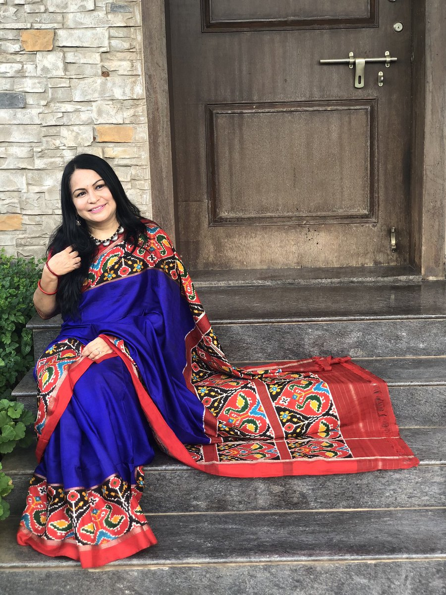 There is nothing as stunning as workmanship on vintage sarees. This is a more than 25 year old Pochampally with a gorgeous double Ikat border abd pallu. Been well used, well-washed saree but the texture of the saree looks like it was woven yesterday. #sareeswag pic.twitter.com/ho7Y98Vv4g