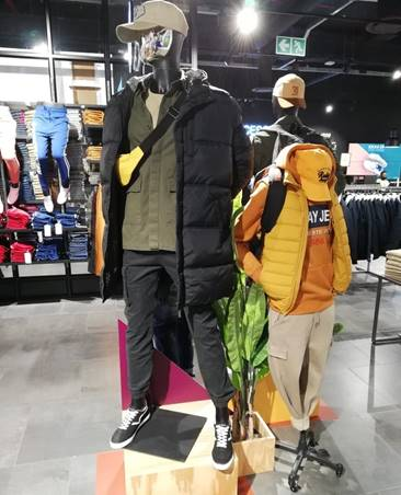 @Markham wants to get to know you! Are you a longline or sleeveless puffer kinda guy? #Createthestyle, bring the fuego! Longline puffer | R999 Sleeveless puffer | R699  #Mkmstyle #Createthechange #Winterfashion #Winterstyle  #Mensfashion #outfitofthedaypic.twitter.com/xctXKieQEe