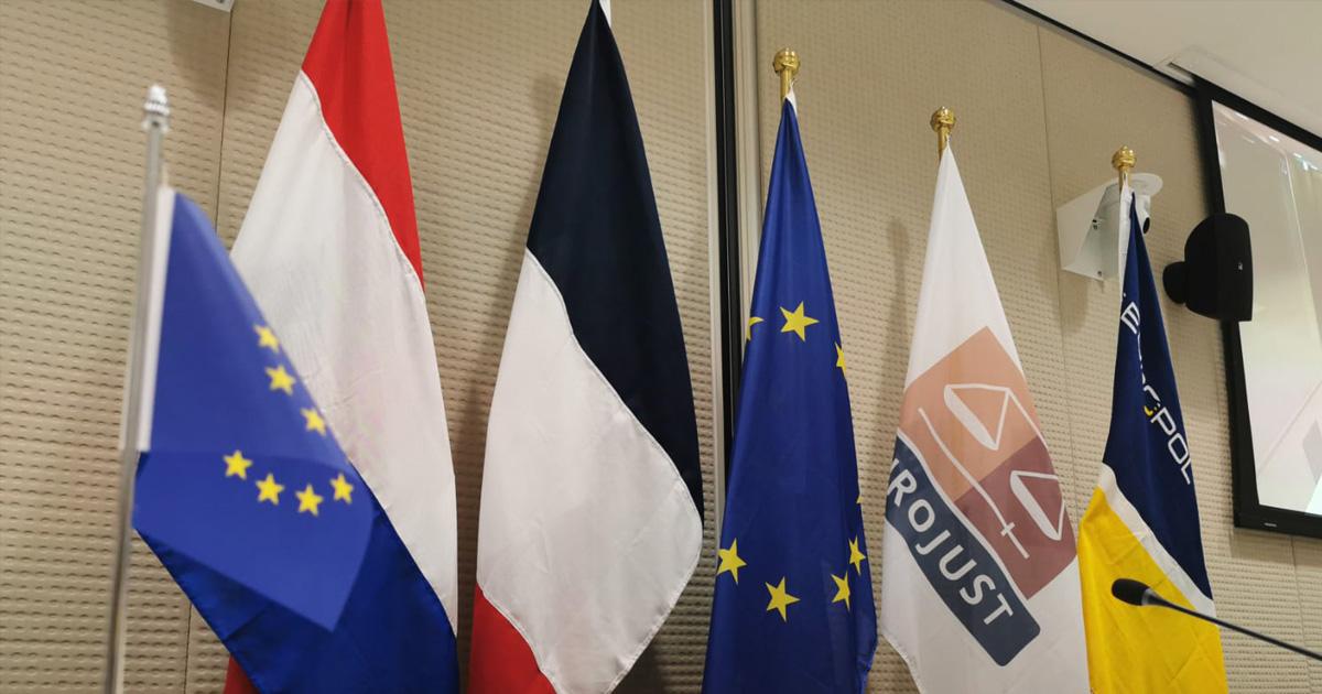 Om 12:00 uur persconferentie bij @Eurojust in Den Haag over een groot internationaal politieonderzoek. Lees op dit kanaal mee of kijk live via https://t.co/YWq5caVP9M #persconferentie #politie #LandelijkeEenheid #cybercrime https://t.co/bm4JJjkIVq