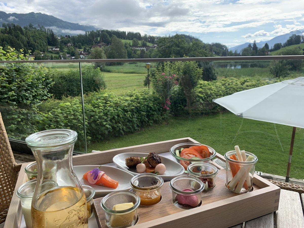 """Heutiges Seehof-Terrassen-Frühstück statt Buffet gibt's jeden Tag ein anderes """"kleines Buffet"""" serviert. Heutiges Ei des Tages: weiches Ei mit Rahmschwammerl  BESTES @LeitgebRene  @pepsschpic.twitter.com/cKGMyJaMke  by Lisa Vockenhuber"""