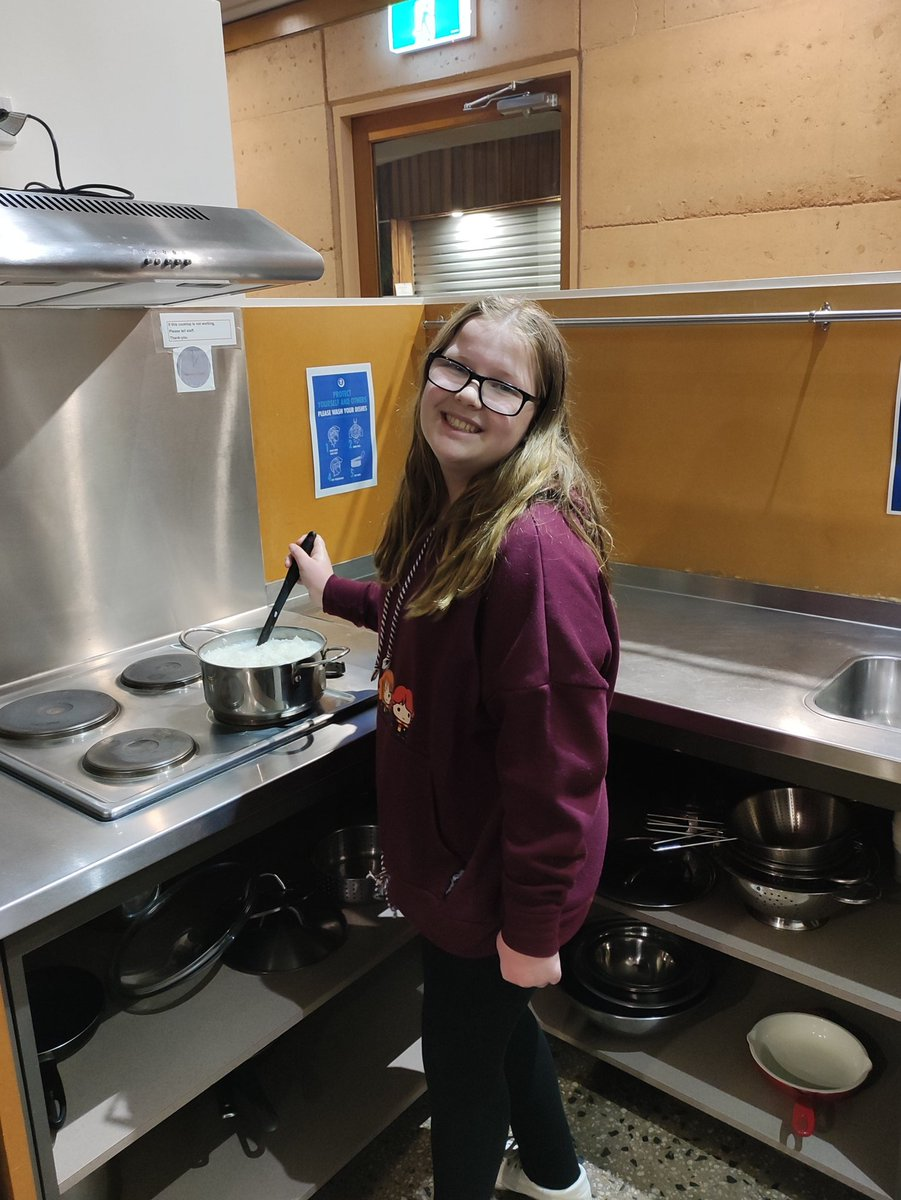 Marley doing some cooking at #YHA Grampians eco lodge. We love the ease of staying in #hostels. #travel #FamilyHustle https://t.co/FY1CgHwIbm