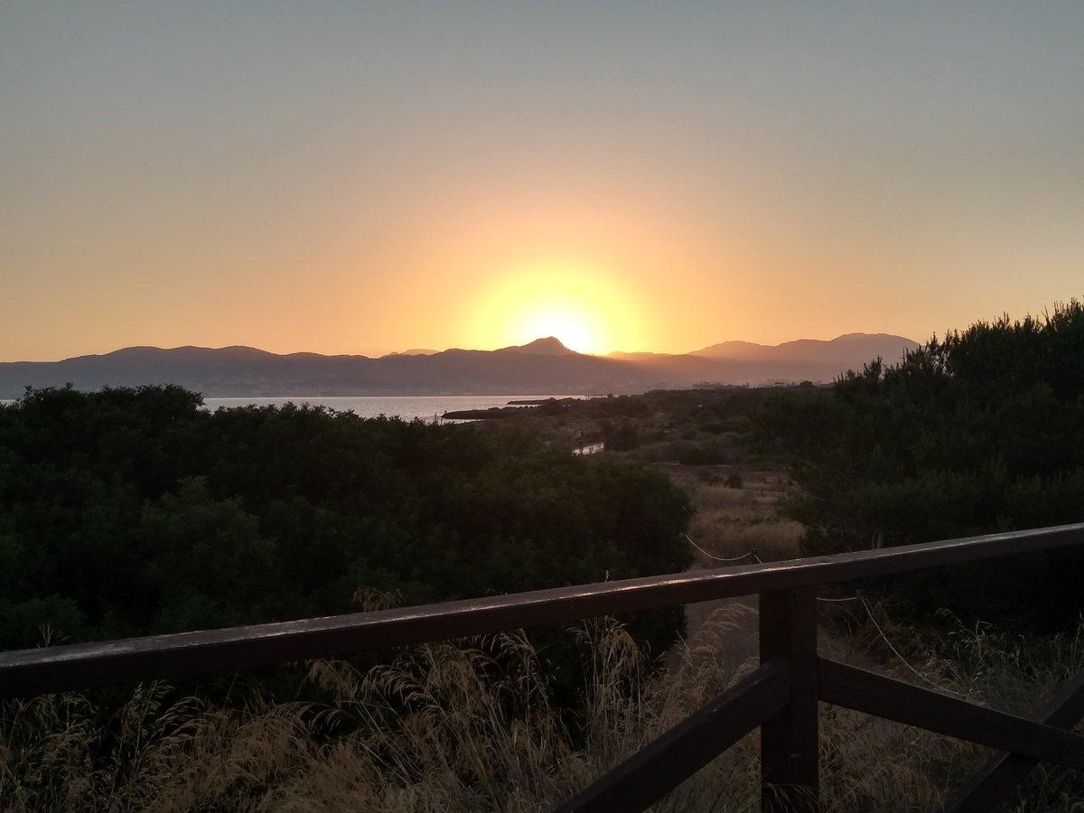 El día ya moría y fui a pasear El día ya moría y a la orilla del mar me acerqué Y cuando llegué, vi el sol irse a dormir Inundando el cielo con sus colores Hasta que quedó oscuro por su marcha La noche, ya había llegado.  #Palma #Mallorca #Baleares #Sunset #atardecer