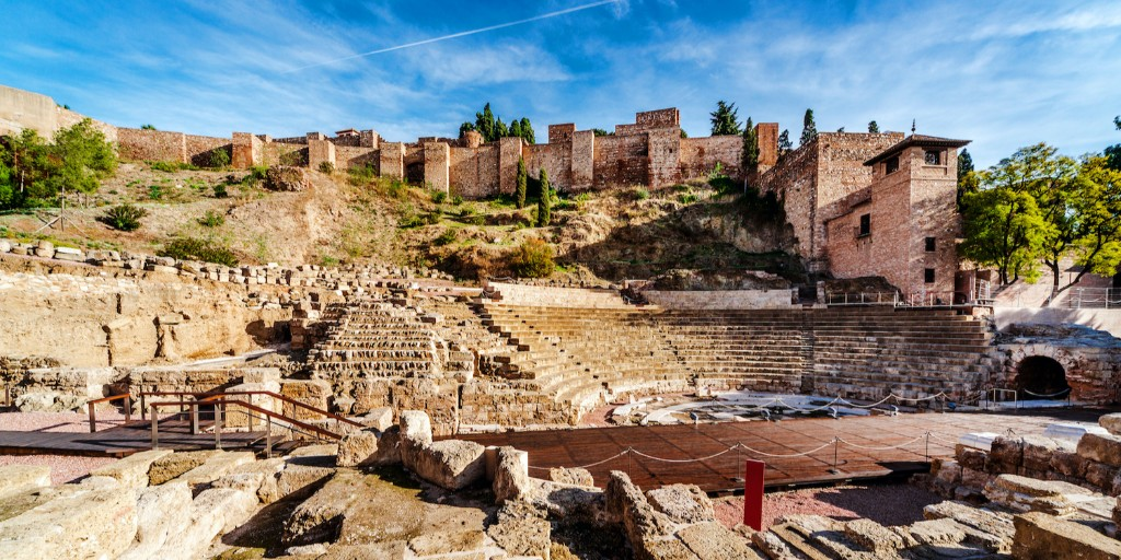 Founded around the 8th century BC, #Malaga has been occupied by numerous different civilisations throughout its #history - as can be seen in its landmarks, like the ancient Roman theatre and the medieval Moorish Alcazaba in this photo 🤩  #andalusia #spain #archaeology #travel https://t.co/gO5cFKB0kC