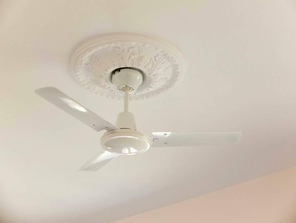 A esta vivienda le sobraba luz natural y la propietaria odia la luz suspendida, así que pusimos ventiladores en cada moldura de techo. #ViviendaMFP . #ArquitecturaDeInteriores #ArquitecturaDeInterioresMadrid #DiseñoDeInteriores #Interiorismo #Interiorism… https://t.co/usaTHxPX4M https://t.co/a5IcIKwL18