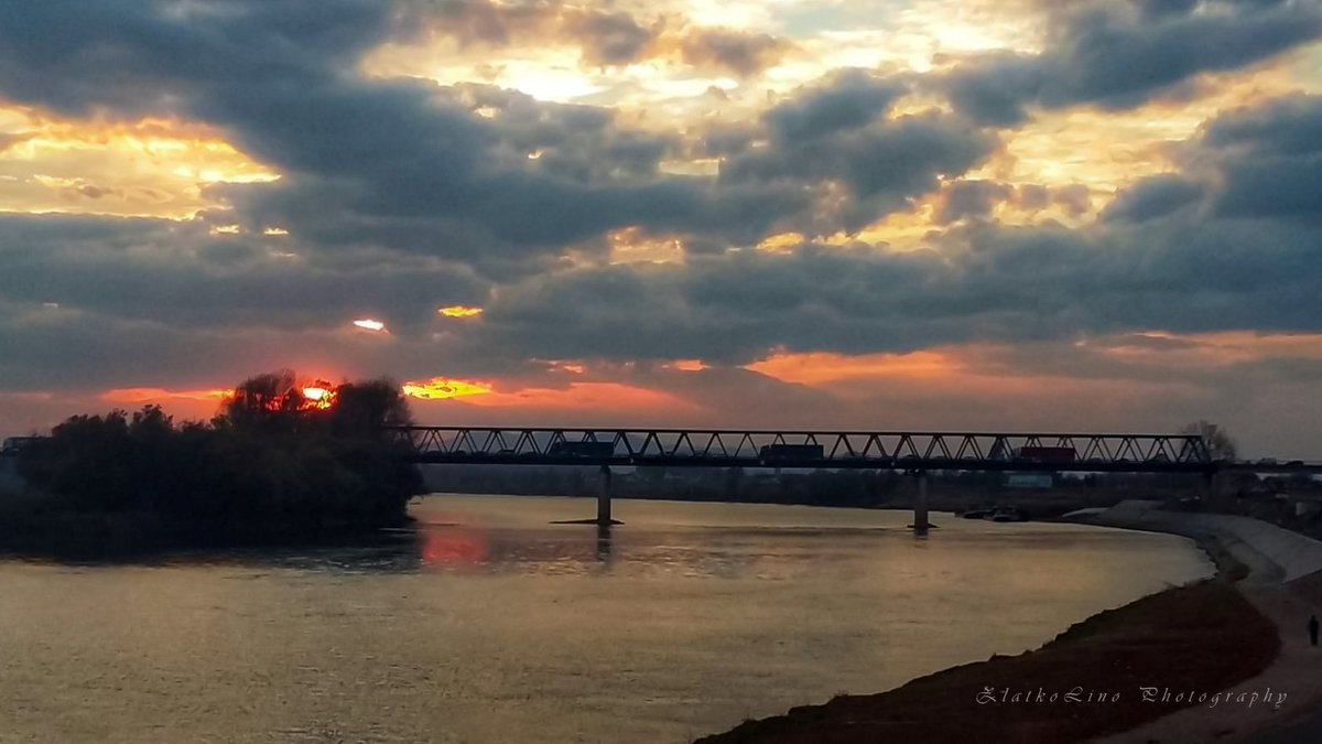 #nokia7plus #mobileshot #landscape #landscapephotography #colors #beautifulview #sunset #beautifulsunset #travel #bridge #river #sava #city #slavonskibrod #croatia