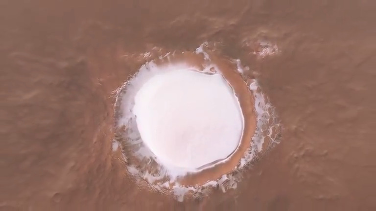 #ICYMI This new video lets us fly over the impressive Korolev crater on #Mars thanks to data from our #MarsExpress mission. Located in the northern lowlands of the Red Planet, this crater is permanently filled with water ice #ExploreFarther #SpaceCare 📽️ youtube.com/watch?v=z3fFOC…