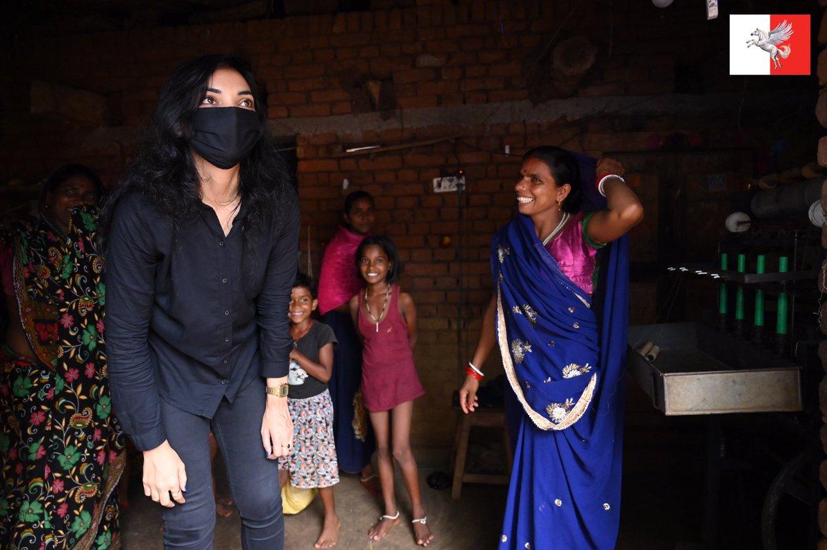 बाँका के खूबसूरत बुटुडीह की सुमिता देवी जी का तसर रेशम का लघु उद्योग है। ककून की 1500 गोटी से 1.5 किलो सिल्क धागे, मामूली कमाई! कोई सपोर्ट नहीं, फिर भी वे हंसती हैं, खूब! सिल्क जैसी हंसी, सिल्क सा स्वभाव! सिल्क इंडस्ट्री देने की ज़िम्मेदारी मेरी! #LetsOpenBihar #30YearsLockdown https://t.co/PHloOkSQC1