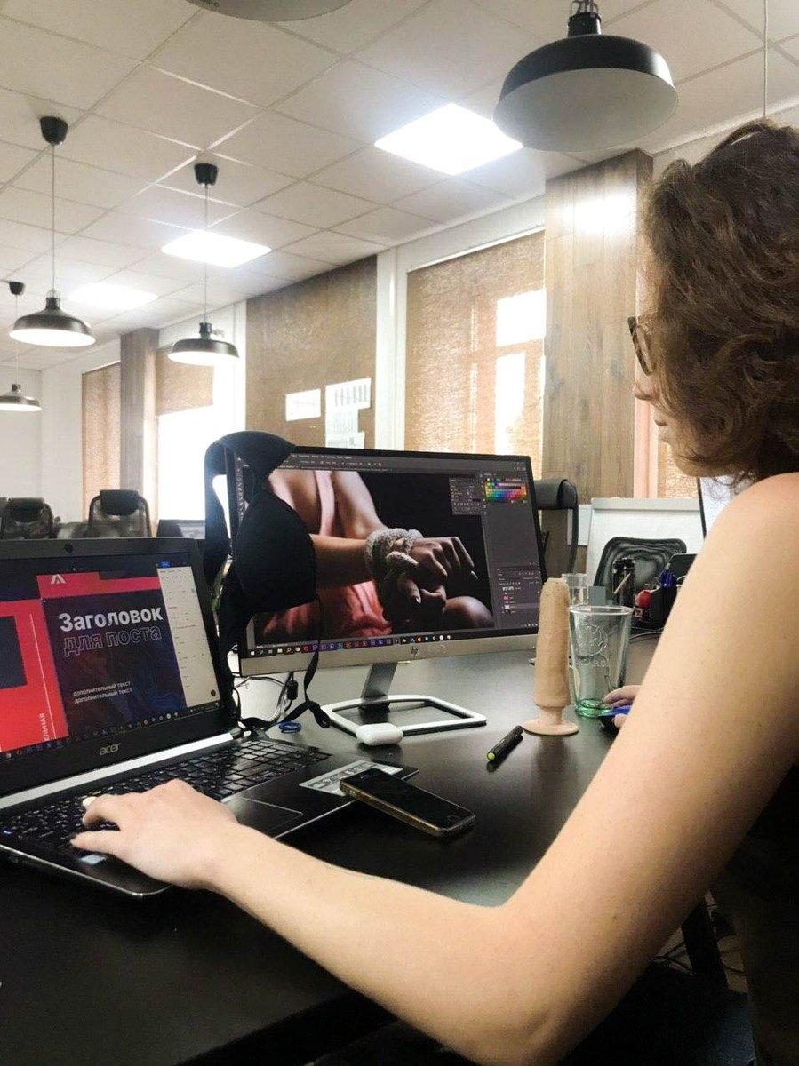 Наш дизайнер сегодня пришла в лифчике и была наказана. AdSummit - Свободу сиськам! #нюдсочетверг #дизайн #свободусиськам pic.twitter.com/RBUTPWRdoE