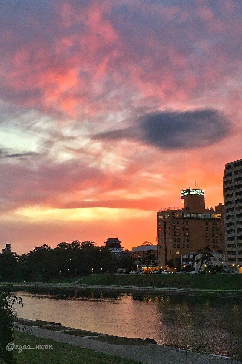 もう少しだけ岡崎城に寄ってみたけど、 #iPhonepic だとこれが見れる限界かな。一眼版をはよ現像しよう。。 良き夕焼けでした。 pic.twitter.com/BKQZqTSWJi
