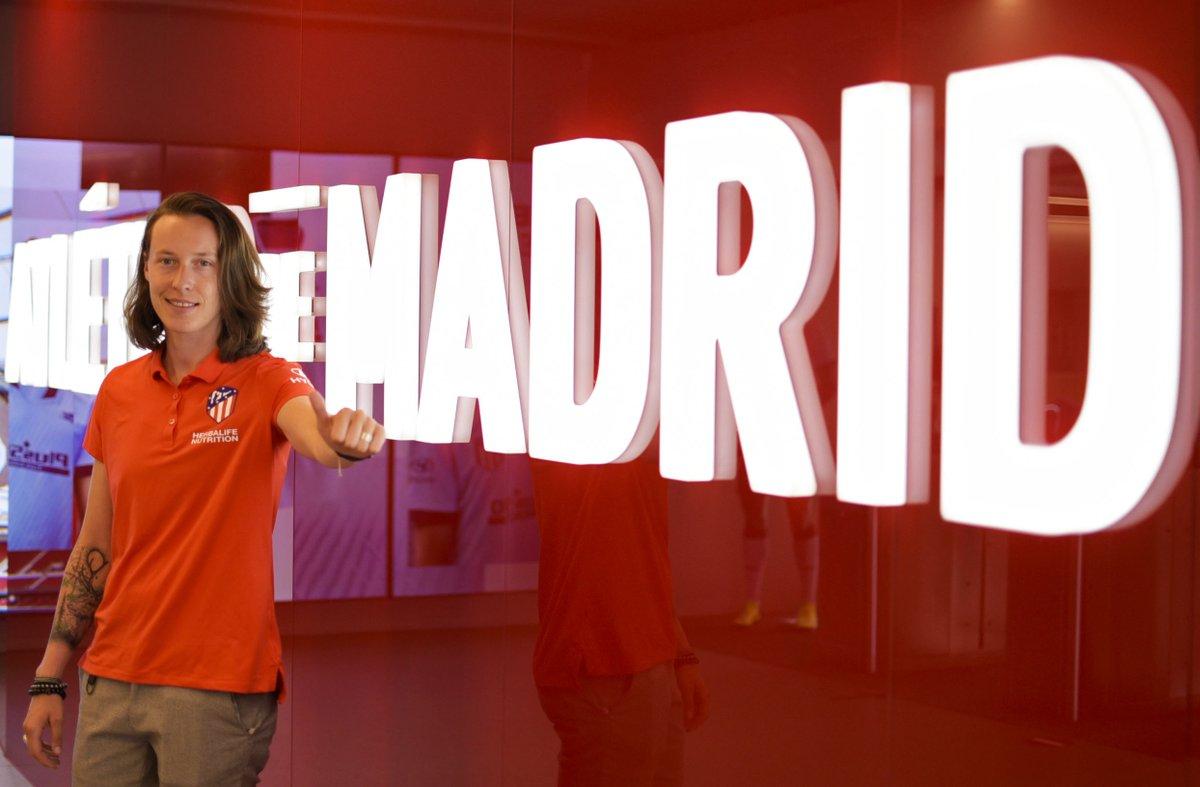 """[🎙] Hablamos por primera vez con @PeyraudMagnin18 😃  ✍ """"Orgullosa de pertenecer a uno de los mejores equipos de Europa""""  🔴⚪ #AúpaAtleti   #BienvenidaPauline https://t.co/j5vcZ0cHRL"""