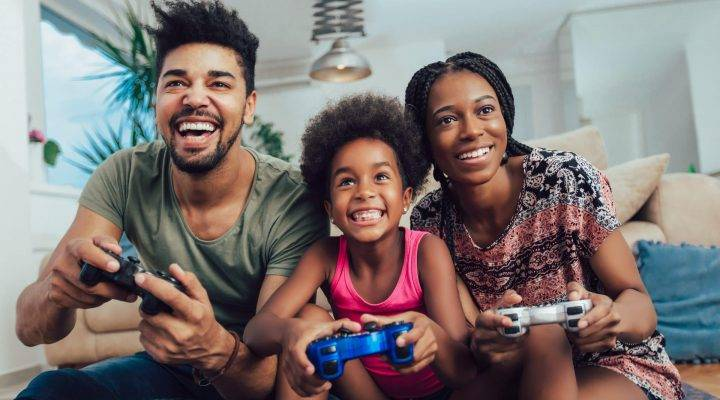 This week's #OnlineSafetyAtHome theme is gaming and we've teamed up with @askaboutgames to help parents and carers learn more about safe game play.   Visit https://t.co/w0y7DYzNKu for information and advice.