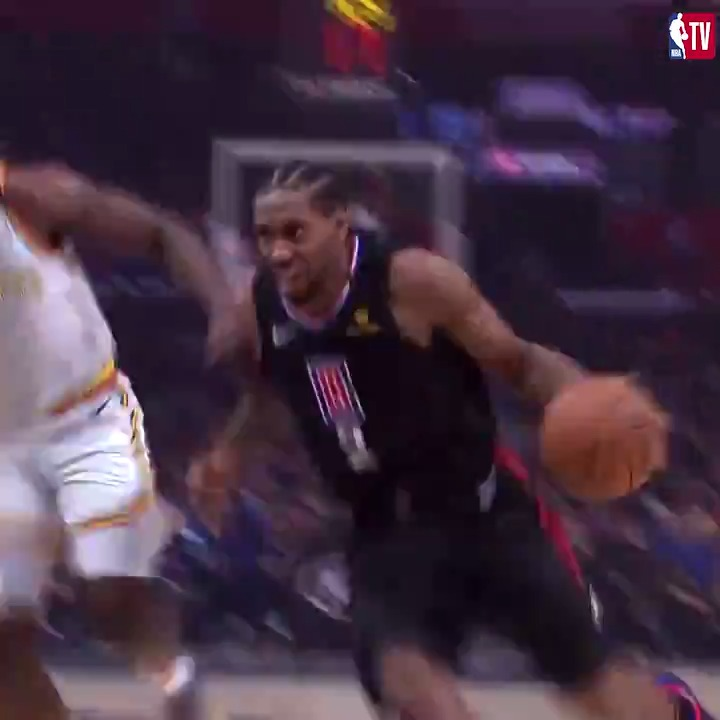 The Klaw put two defenders on a poster 💪  @LAClippers | #WholeNewGame https://t.co/WpJ3GbU1Id