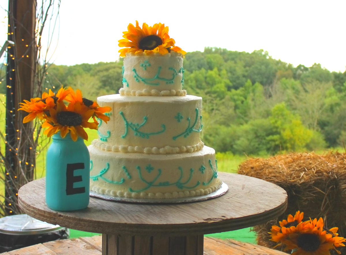 I don't know about you, but cake is one of my favorite things about weddings! #WEDDINGPHOTOGRAPHY #photography #weddingcake #yummy #cake #photograph #photographylovers #sunflowerpic.twitter.com/pC6lftWlVQ