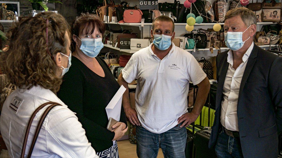 📈 #ECONOMIE Dominique Chauvin et Arnaud Trépagny sont allés mardi à la rencontre des commerçants d'Elbeuf et Caudebec-les-Elbeuf pour les écouter, les aider dans la reprise d'activité et rappeler les actions de la CCI pendant la crise sanitaire.  #SoutenonsNosCommerçants https://t.co/Ny7zl7u9Ru