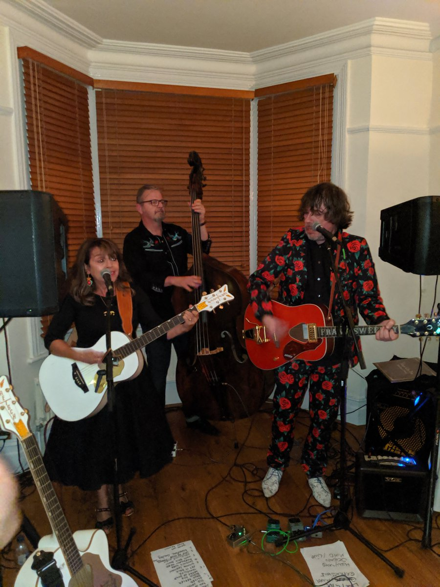 #LetTheMusicPlay The last gig I was at...was this one....pic.twitter.com/BLEaf4xMR8
