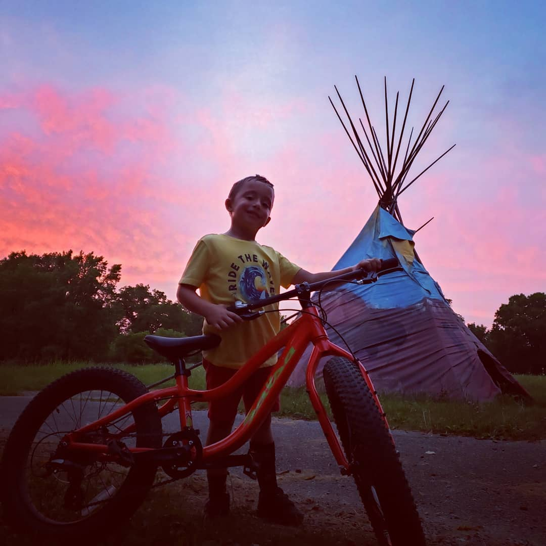 This young rider found his way to Coler Mountain Bike Preserve! Have you made it out to see this unique piece off the trail?   @museumofnativeamericanhistory https://t.co/VWMH8JZ7MX