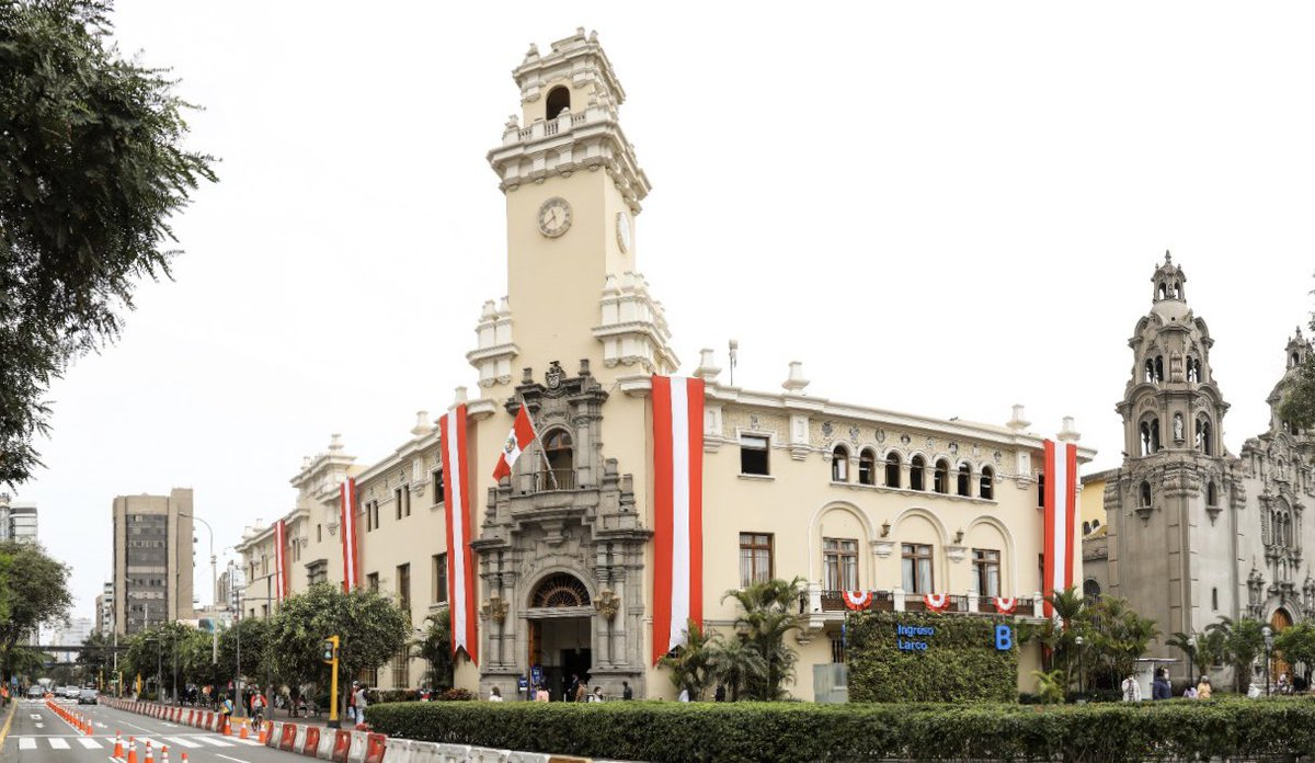 La Municipalidad de #Miraflores se viste de rojo y blanco y da la bienvenida al mes de la patria   ¡Viva el Perú! pic.twitter.com/qRxi5S1yyu