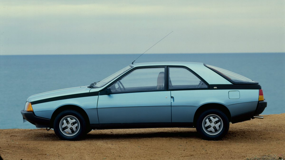 Jeste li znali da je #Renault Fuego iz 1982. bio prvi automobil sa sistemom na daljinsko zaključavanje? Takođe je prvi automobil koji je na upravljaču imao komande audio sistema. Renault Fuego je ove godine proslavio 40. rođendan! 🥳 #TBT https://t.co/TNJ1g5mo2f
