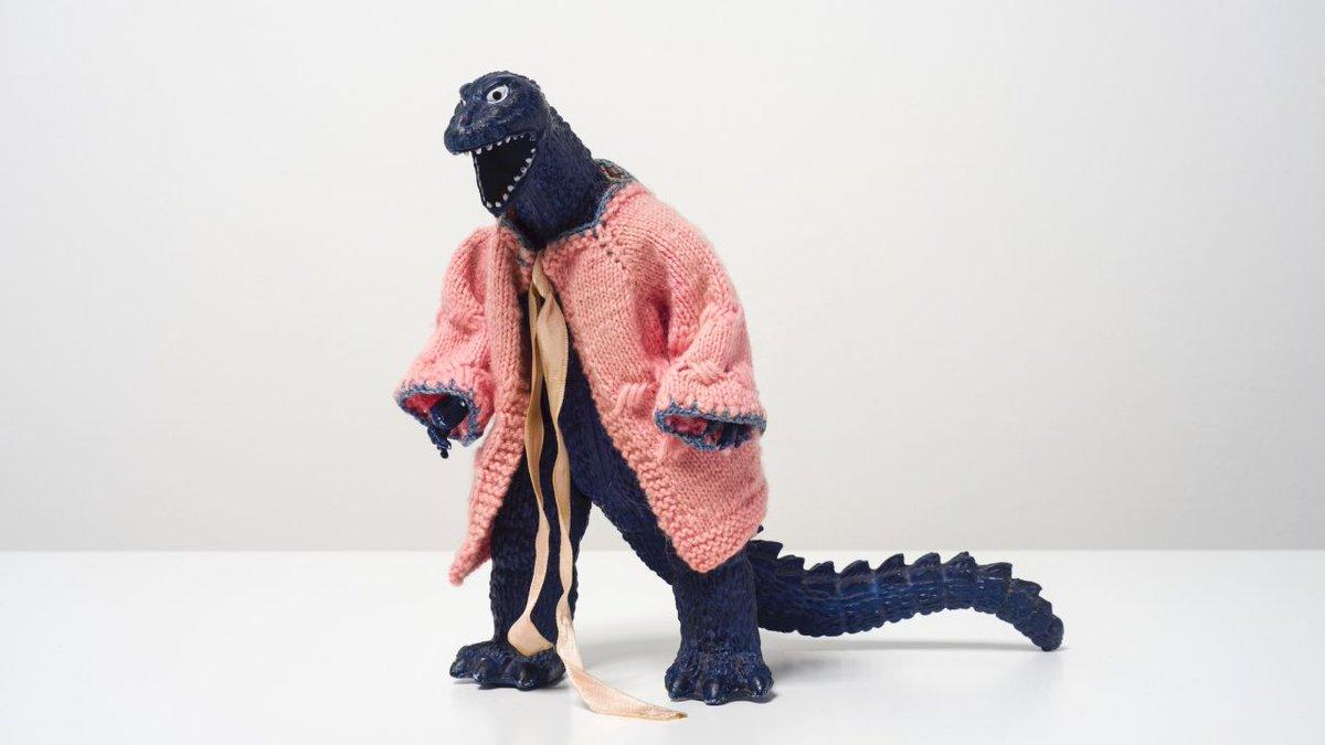 La hermosa y trágica historia del artista que le tejía chambritas a Godzilla. https://t.co/67jPRX3Sjo https://t.co/9e509YVPln