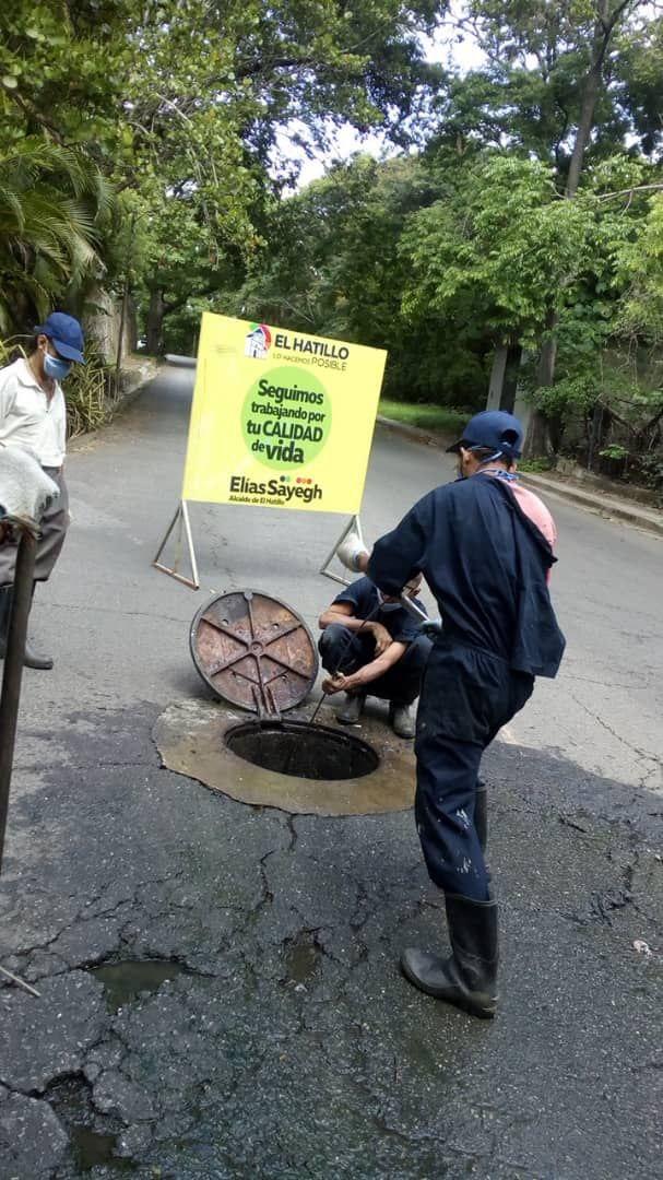 Nuestro plan #CuidemosElHatillo continúa desplegados en el municipio atendiendo el destape de colectores de aguas servidas,  aun si ser de nuestra competencia #SeguimosTrabajando por tu calidad de vida. https://t.co/mHRwZv7aEh