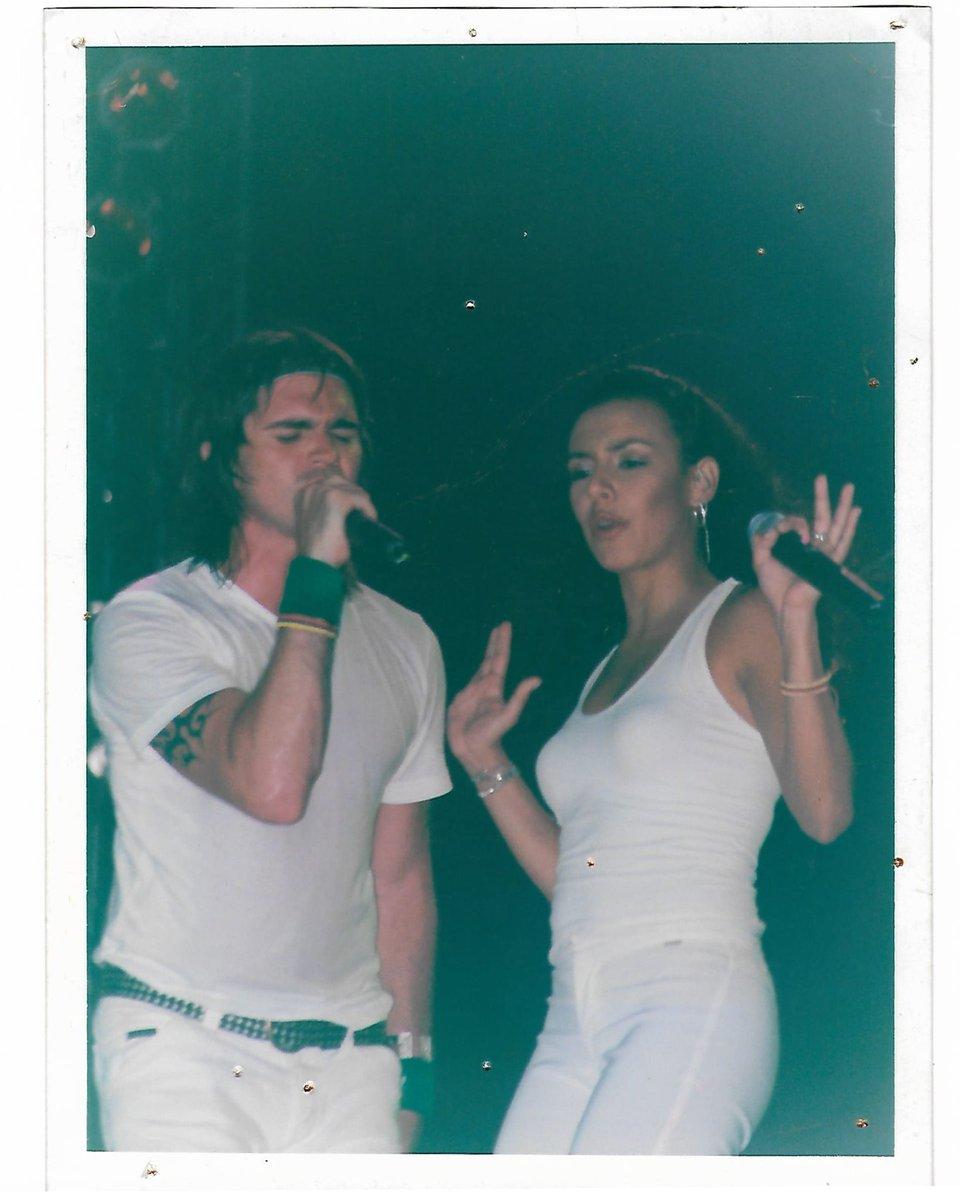 """#TBT Tour Juanes 2004 cantando juntos """"Fotografía""""  @juanes ⠀ ¿Alguien estuvo por ahí y canto con nosotros?⠀  #Maía #Juanes #colombia #Fotografía https://t.co/SPLfOjBg5T"""