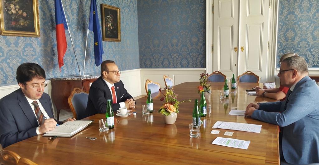 Büyükelçimiz Sayın @EgemenBagis, #ÇekCumhuriyeti Kültür Bakanı Sayın Lubomir Zaoralek'e makamında bir nezaket ziyaretinde bulunmuştur.   Our Ambassador H.E. Egemen Bağış paid a courtesy visit to H.E. Mr. @ZaoralekL, Minister of Culture of the #CzechRepublic, in His office. https://t.co/pvP4U3Xfy7