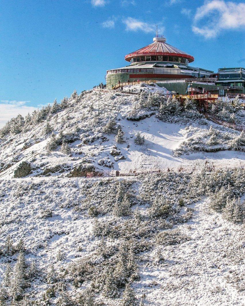 ¡Subí al telesférico y llegá a la cima del Cerro Otto! 🚡🏔️  Disfrutá de una vista nevada incomparable, un chocolate caliente en la confitería y las más divertidas actividades de invierno. 🌨️❄️☃️ @Bariloche_ar  @RioNegroTurismo https://t.co/KGSJp1wA5Z
