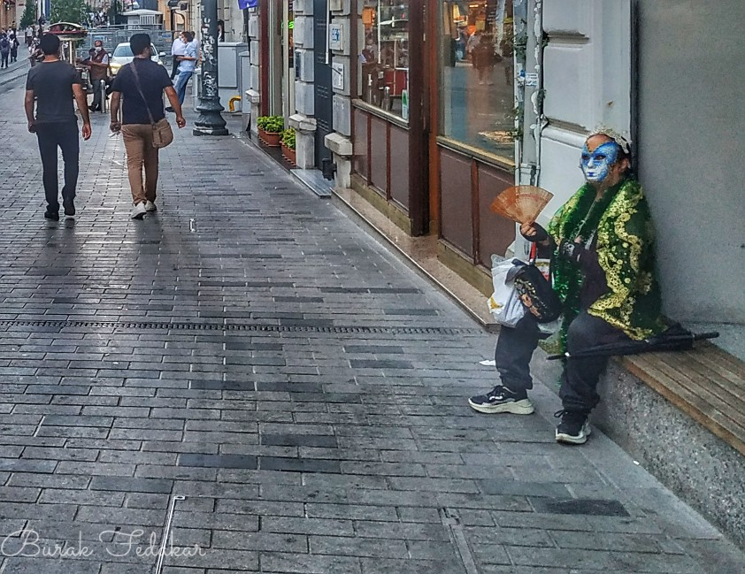 Tramvayda karşılaştığım teyze İstiklal Caddesinde yine karşıma çıktı. Bu bir işaret mi yoksa?  #istiklalcaddesi pic.twitter.com/tFCWtQUZfh