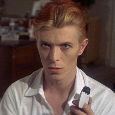 """Schaue jetzt """"The Man Who Fell to Earth"""". Hauptrolle und bester Schauspieler: Bowie. pic.twitter.com/pjGAM0WiNN"""