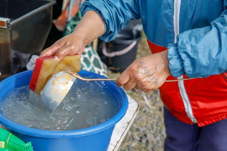 """Sobre 675 casos, el 90,2% de las personas afirman estar cumpliendo entre """"totalmente"""" y """"mucho"""" las medidas promovidas por el gobierno.  El 51,6% destaca que la falta de agua potable 🚰 es uno de los mayores obstáculos para hacer frente a esta situación. https://t.co/U7SukZCeUl"""