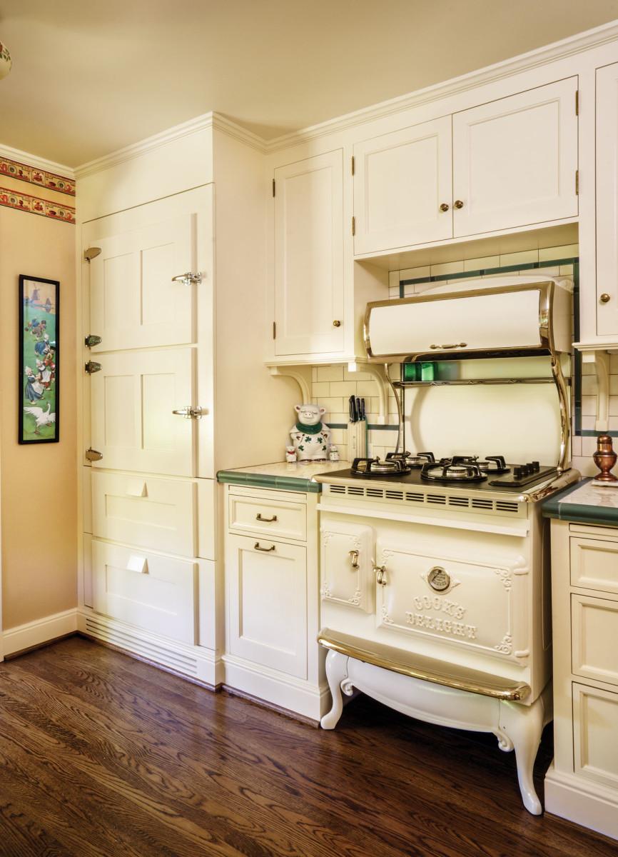 The Antique range in Bisque gives this kitchen distinctive style!  #kitchenlove #rustic #vintage #antiqueappliances #kitchenideas #kitchendecor #kitchenremodel #kitchen #farmhousekitchenpic.twitter.com/W1XddSo9XV