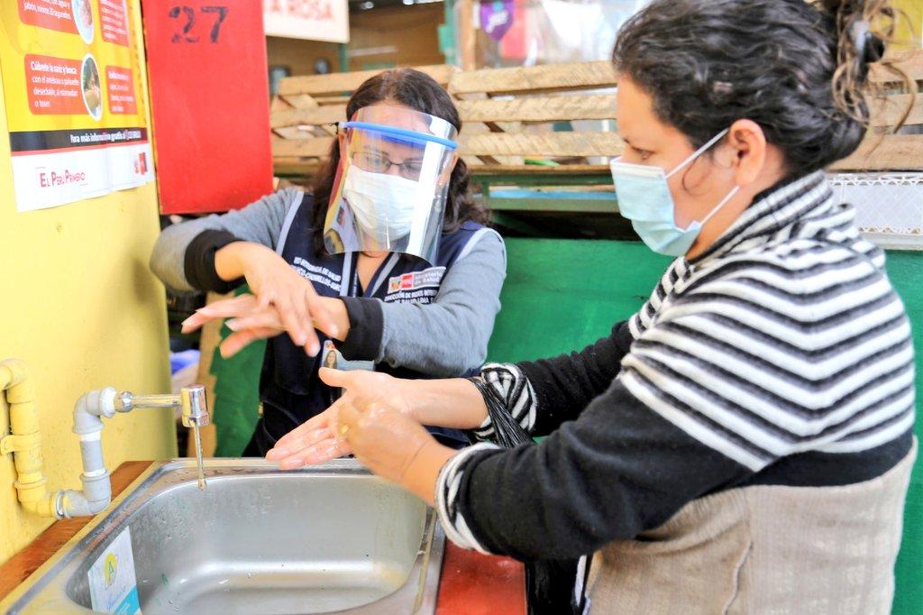 Hoy, en el mercado Santa Rosa de Chorrillos, informamos a los ciudadanos sobre las medidas de prevención ante el #COVID19. Realizamos demostraciones de lavado de manos, distanciamiento, uso correcto de mascarilla y protector facial en sitios públicos. #PrimeroMiSalud https://t.co/CvFvkFu2Ey