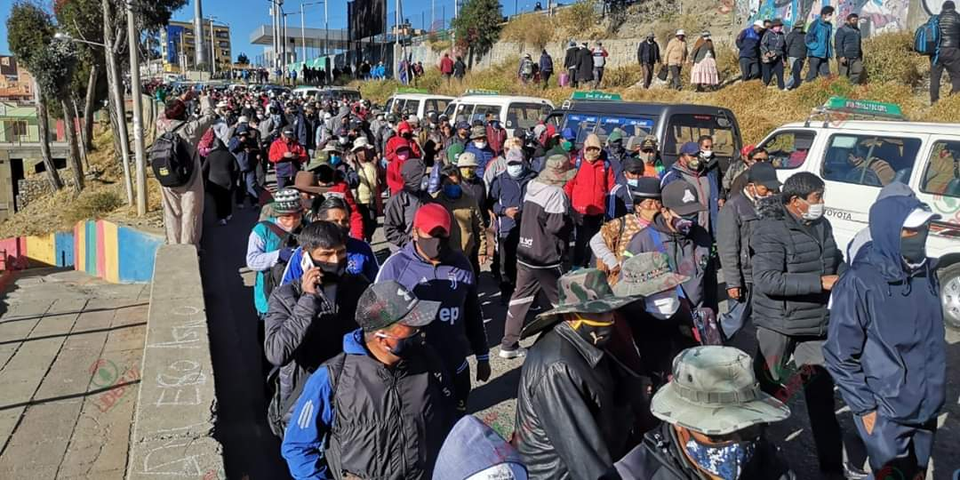 Thousands are marching in La Paz, Bolivia, against the regime's privatization of education. The mobilization is organised by the teachers unions and parents associations. <br>http://pic.twitter.com/cxev5abTtX