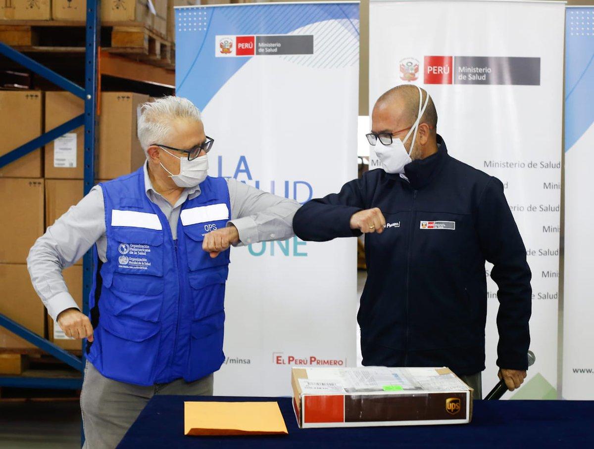 En la entrega de la donación también participaron Rubén Mayorga, representante de la @OPSOMSPeru, y César Cabezas, jefe del @INS_Peru. https://t.co/qyT7LlkIHN