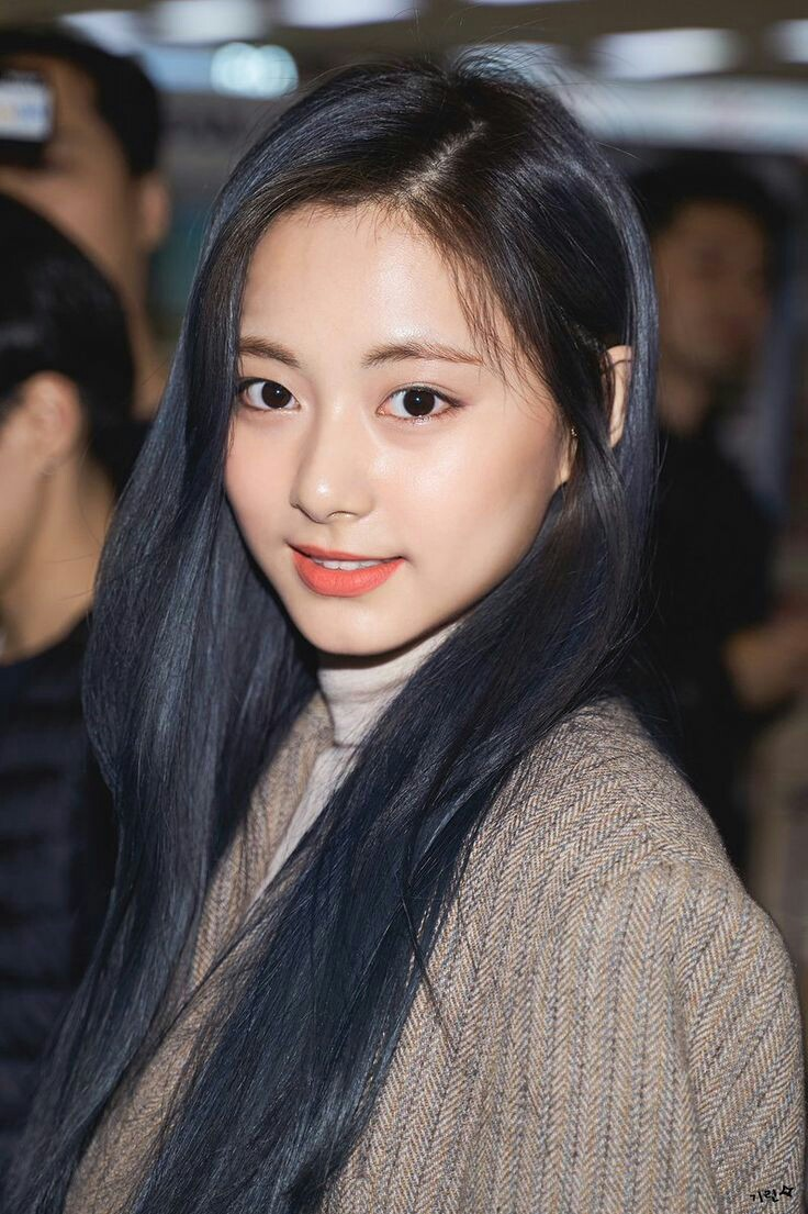 my favourite tzuyu pictures. just look at her staring at you  pic.twitter.com/S5CqUHQsel  by ♡vanessa♡