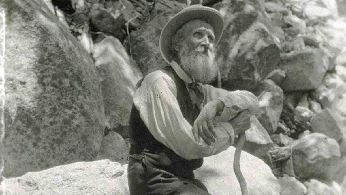 Sierra Club, la primera asociación conservacionista de la historia, fue fundada por John Muir en 1892. Amante de las caminatas y las aventuras por la naturaleza, contribuyó a la creación de los primeros parques naturales estadounidenses. Un gran legado. filosofiayfelicidad.com