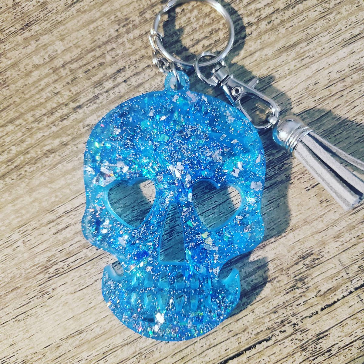 Will be uploading these this weekend! More to come soon   Like and Share   #resin #keychain #etsyshop #smallbusiness #shopping #skull #alienpic.twitter.com/OJt0pHyMAQ