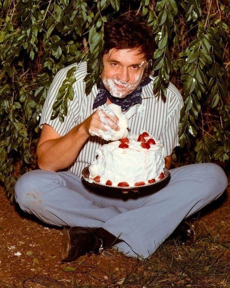 Johnny Cash eating cake. 1971 #backintheday https://t.co/NjFmyQXa4k