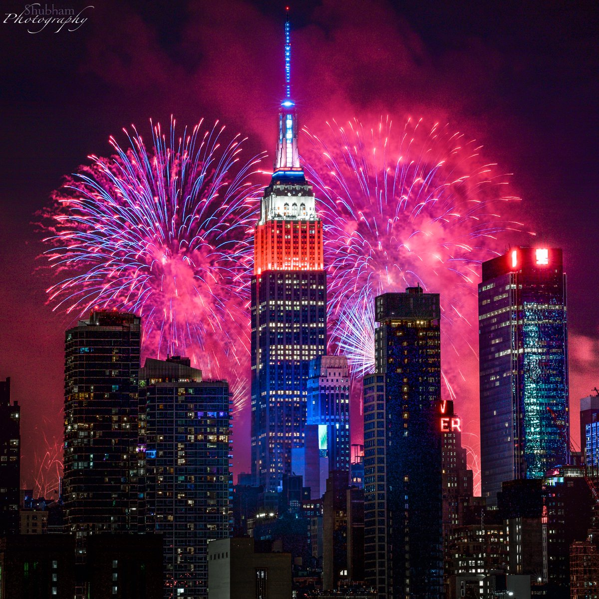 Fired off our dynamic red, white & blue lights tonight in celebration of Independence Day & the @Macys 44th Annual 4th of July Spectacular finale, launched from the top of our tower! #HappyJuly4th #ESBright   📷: Shubham Dhadda https://t.co/IwcksADOBd