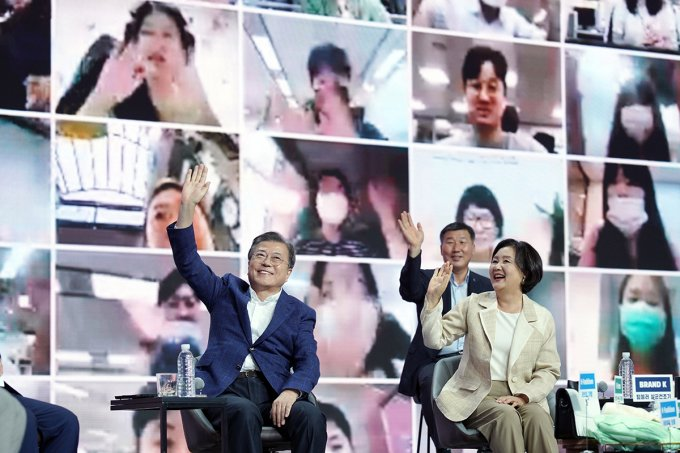 """#韩国 #总统 #文在寅 2日出席""""同行购物节""""活动,他在现场倡导广大民众为克服 #新冠病毒(#COVID19,#新冠肺炎)#肺炎 #疫情 积极消费,称现在是""""消费爱国""""的时候。#NEWSPIM https://t.co/YiFa695yYI https://t.co/B4qxabdW7b"""