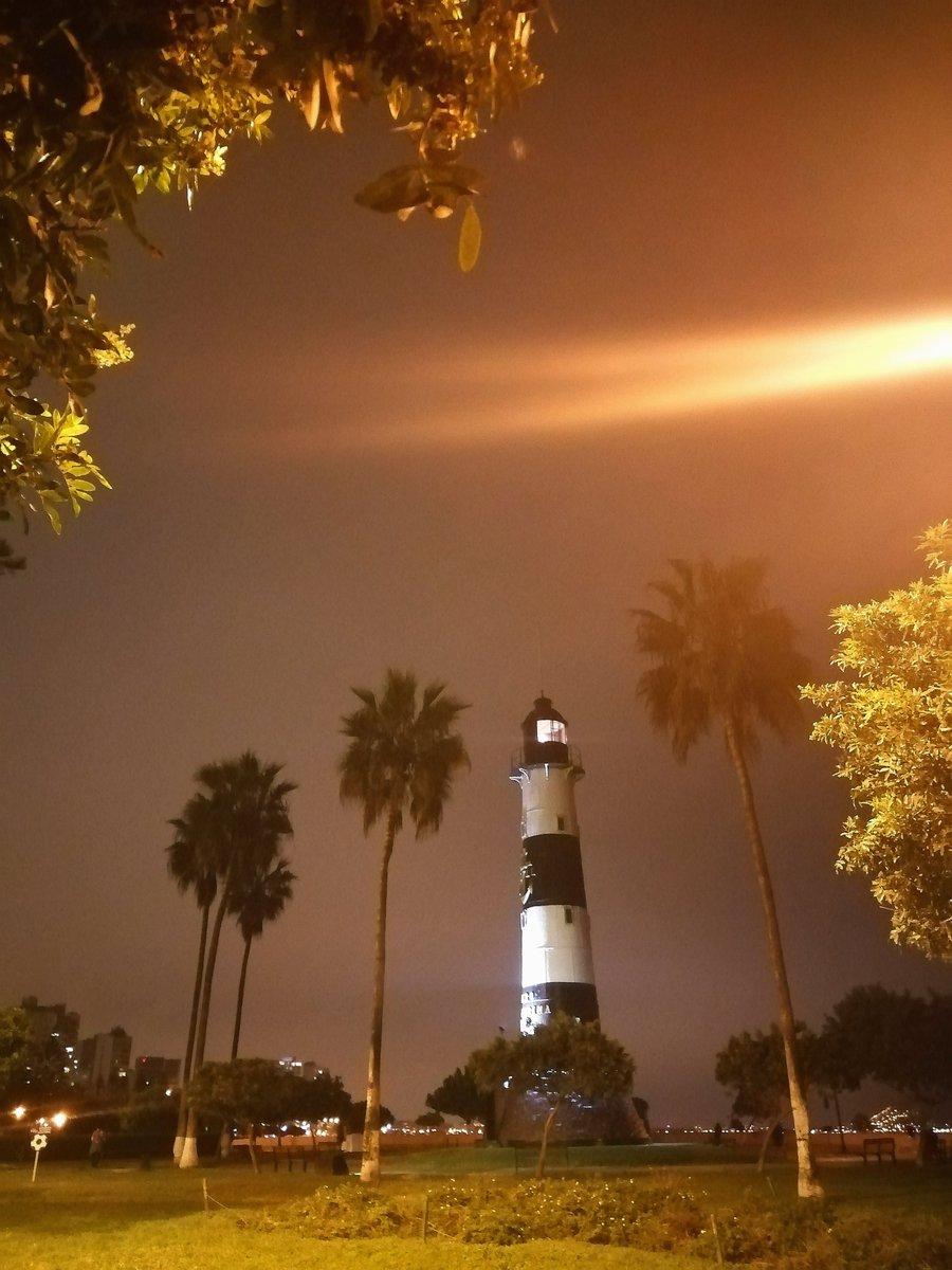 Hemos vuelto a entregarnos a la noche  Ahora hay dos precauciones: el covid-19 y la seguridad  #miraflores #lima pic.twitter.com/S2pLcQIHjS