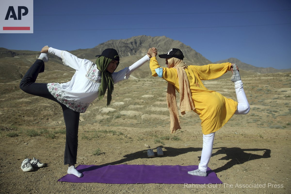 Afghan enthusiasts women perform yoga to mark International Yoga Day during the COVID-19 pandemic lockdown, on the outskirts of Kabul, Afghanistan, Sunday, June 21, 2020. (AP Photo/Rahmat Gul) https://t.co/A4wMyyKepv