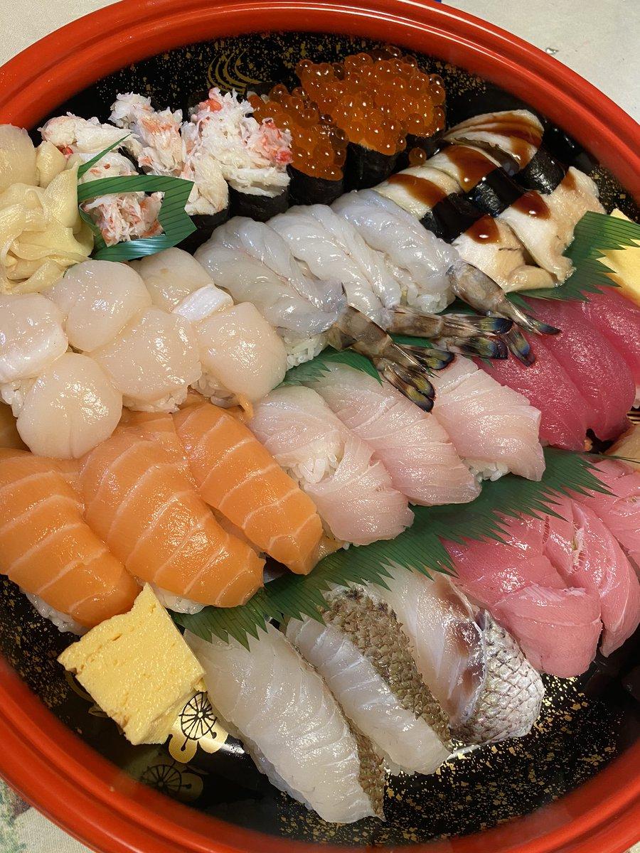 父の日ということで今日のご飯はお寿司🍣💕いつもありがとうの気持ちを込めて...😚 パパに抱っこすると泣き出してしまう、、想像ができる🙃笑 #父の日 https://t.co/aWxyrzHiFu