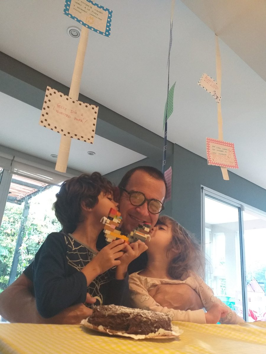 Feliz día!!! Hoy es el día más importante para mi!!! Ser padre es todo!!! Dibujos con frases de ellos, un corazón de Lego. Los amo!!! Feliz día a todos los papás!!! https://t.co/QCY60cNSXV