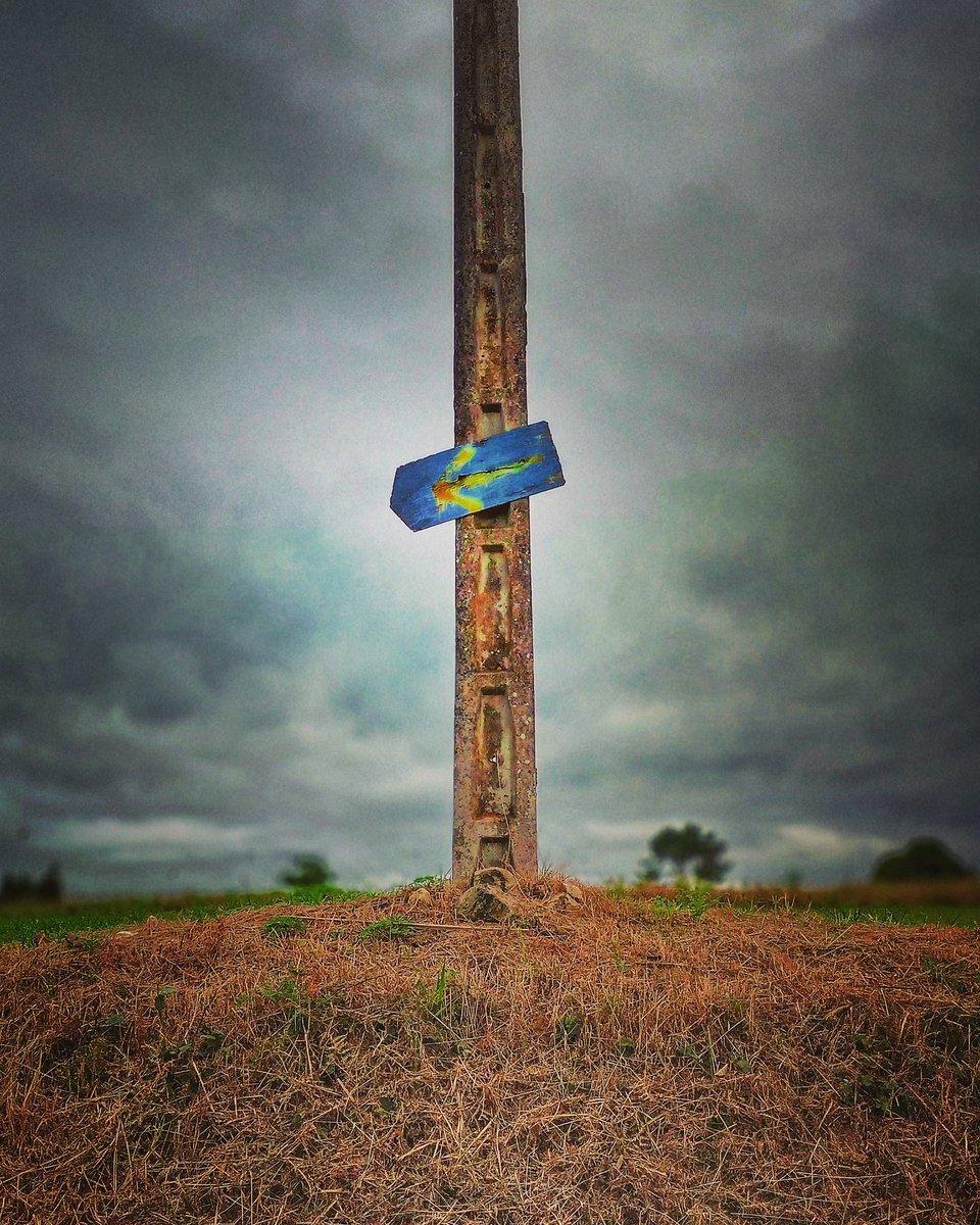 Si ves señales síguelas...y si no las ves, busca hasta que aparezcan.  Tú tienes #ganasdecamino!!! 😅😅   #buencamino #peregrino #blogdelcamino #Galicia #destinoseguro #buscandolaGalicidad #theway #elcaminodesantiago #caminar #sentir #ilcamminodisantiago