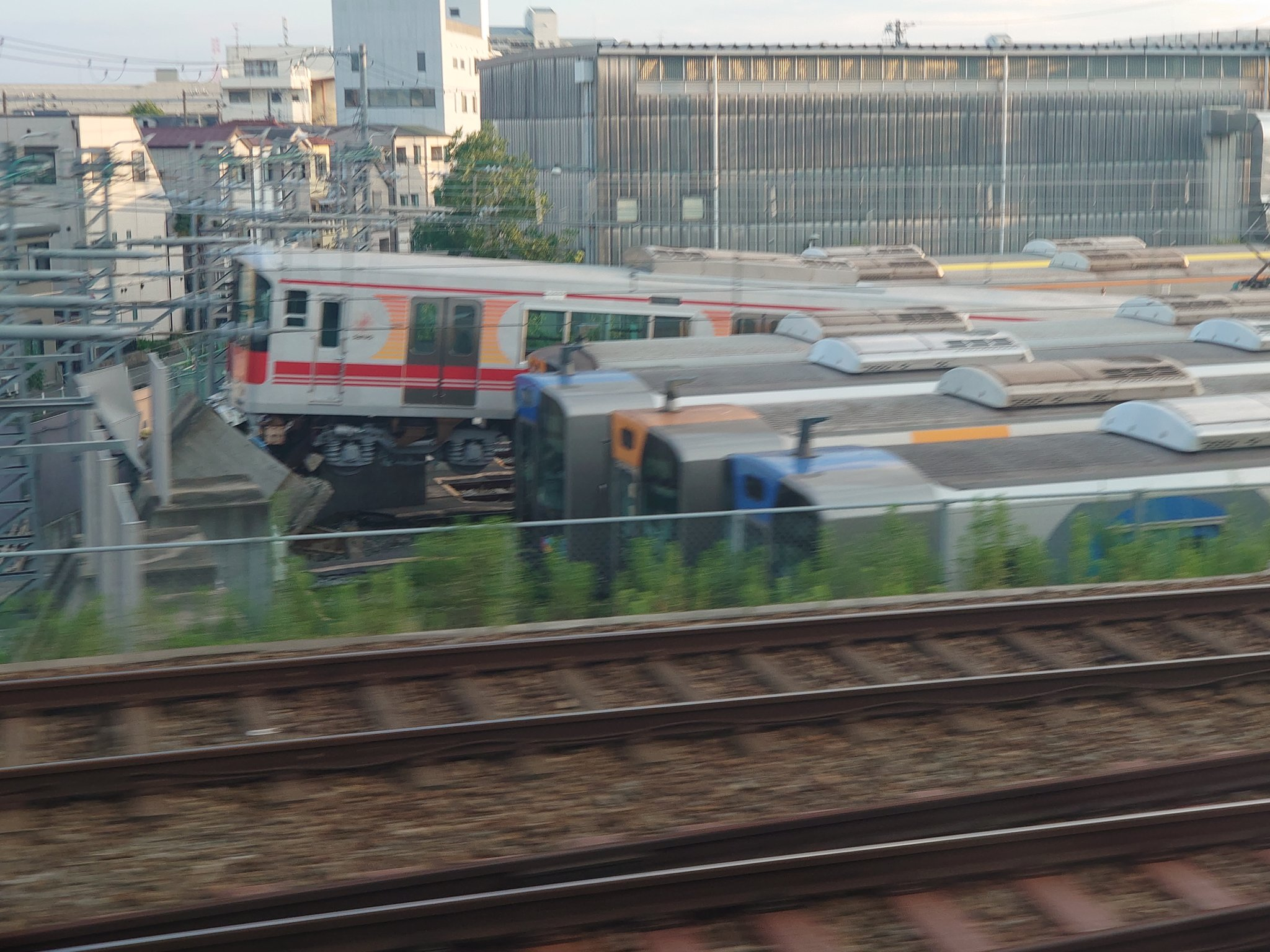 山陽電鉄5000系の5703Fが車止めを乗り越えている画像