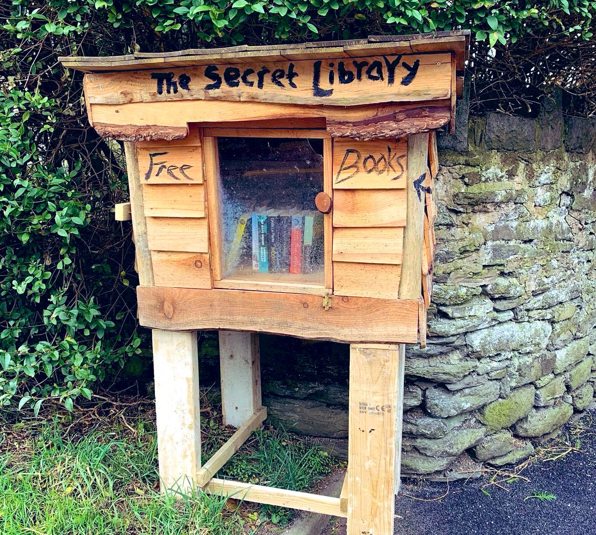 Η μυστική βιβλιοθήκη της Clare Mackintosh Τα τελευταία δύο χρόνια έχει δημιουργήσει στην άκρη του δρόμου του σπιτιού της μια μικρή βιβλιοθήκη από όπου ο καθένας μπορεί να πάρει όποιο βιβλίο θέλει δωρεάν.  #metaixmio #tavivliatiszoismas #claremackintosh https://t.co/iz1ZKue2Tg
