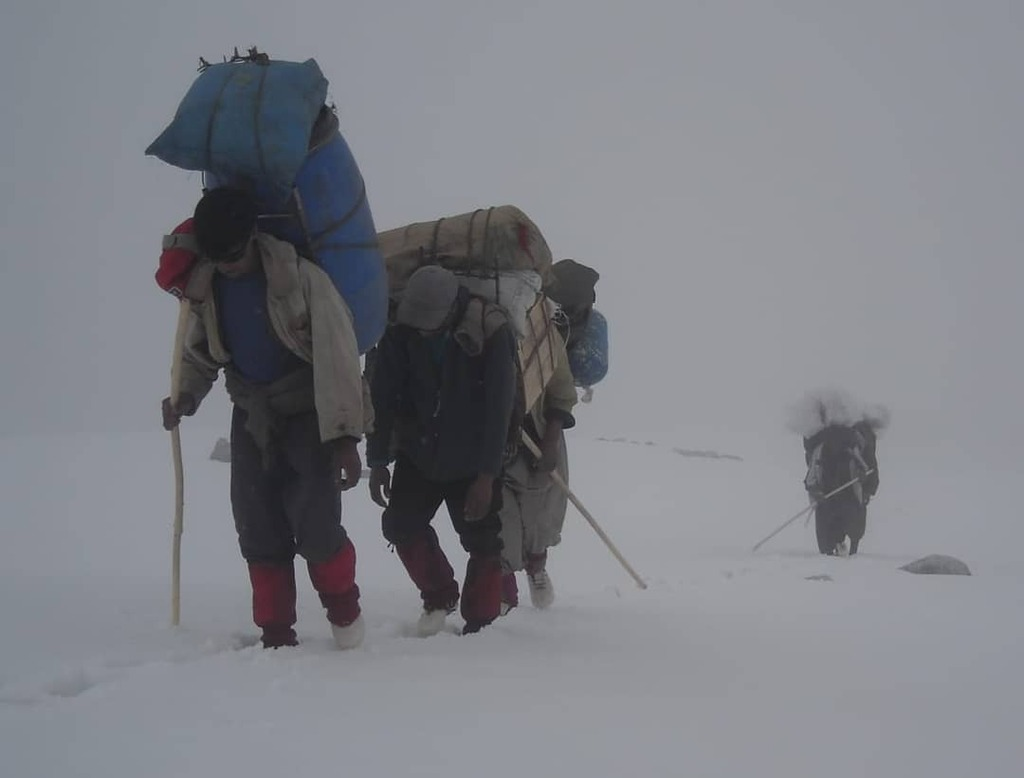 Balti(Tibetan porters) the real heros of Gilgit-Baltistan. #karakorum #himalaya #adventure #trekking #mountaineering #hero #hardwork #danger #climber #climbing #mountains #baltistan #Baltoro https://t.co/ncKolyO9UE https://t.co/lI7PDiE4Pv