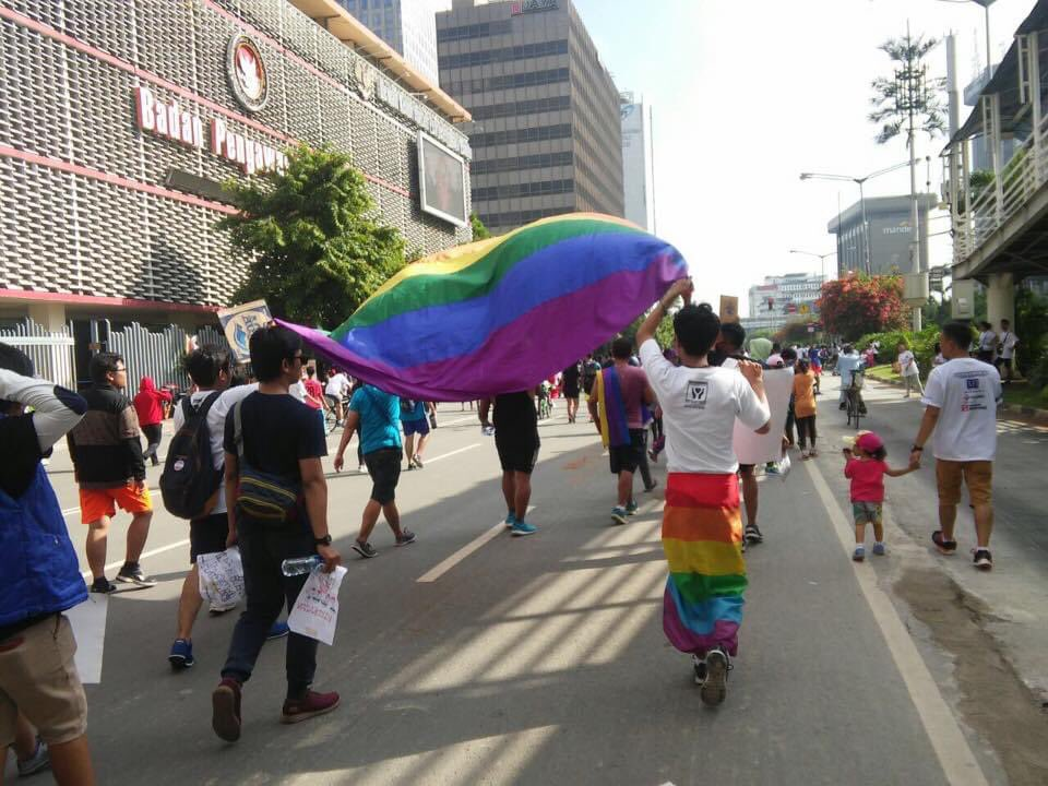 Jakarta, 2016.  It was a heartbreaking yet powerful walk. People were swearing and throwing death threats at us. As an ally, I only got to see a glimpse of the persecution.  Sending love and strength to LGBTQ friends in Indonesia.  Happy #PrideMonth2020 https://t.co/5pqdEJCPs1